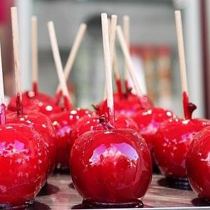 Zkaramelizované jablka jsou v Lunaparku oblíbenou pochoutkou.