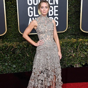 Emily Blunt, dress Alexander McQueen