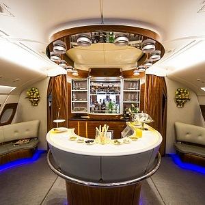 Bar u společnosti Emirates s nabídkou koktejlů, kde si můžete zkrátit let se spolucestujícími