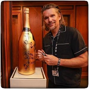 Ethan Hawke podepsal zlatou lahev Moet Chandon.