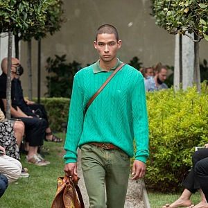 Muž v khaki kalhotách a zeleném svetru Etro