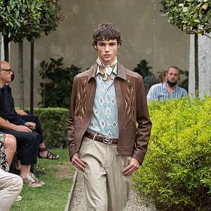 Muž v béžových kalhotách a kožené bundě Etro