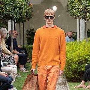 Muž v oranžovém svetru a kalhotách Etro