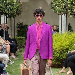 Muž v béžových kalhotách a neonovém saku Etro