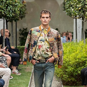 Muž v džínách a barevné bundě Etro