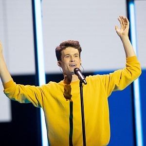 Na Eurovizi v mikině od sestry.