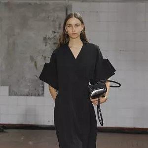 Černý minimalismus Jil Sander