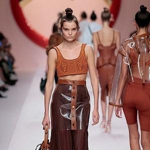 Karl Lagerfeld sáhl také po PVC