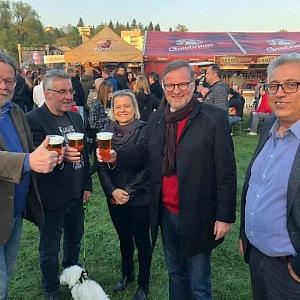 Petr Fiala na pivu s kolegy z politiky.