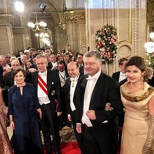 Rakouský prezident Alexander Van der Bellen (3. zleva) s chotí Doris Schmidauer, prezident Ukrajiny Petro Poroshenko (2. zprava) s chotí Marynou Poroschenko