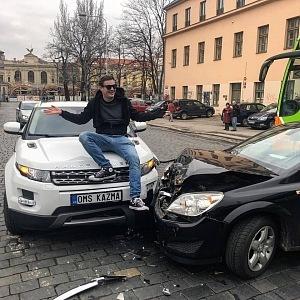 Poslední Kazmova akce, ke které zatím nedal vyjádření - načapal Leoše Mareše při fingované autonehodě.