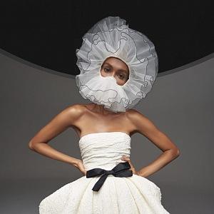 Jednoduché šaty s extravagantním kloboukem