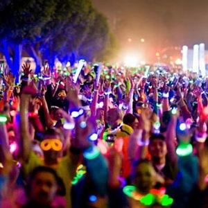 Běh se světýlky na festivalu Fête des Vendanges de Montmartre.