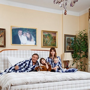 Karel Gott i s rodinou v posteli Hästens