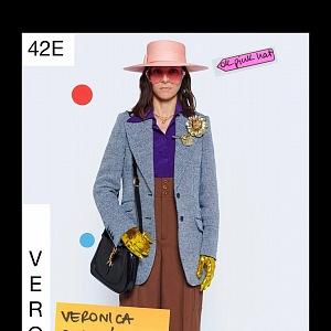 Žena v modrém saku a hnědých kalhotách Gucci Resort 2021