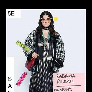 Žena v modelu Gucci Resort 2021