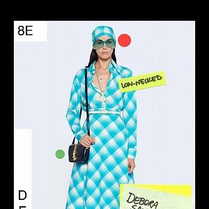 Žena v modrých šatech Gucci Resort 2021