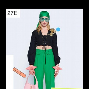 Žena v černém topu a zelených kalhotách Gucci Resort 2021