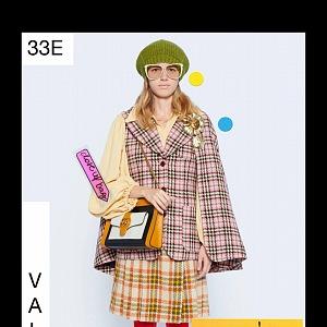 Žena v barevném modelu Gucci Resort 2021