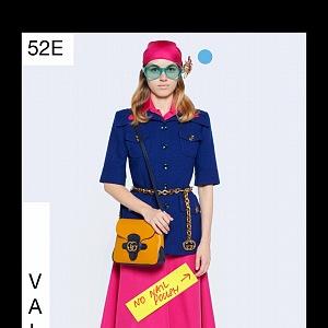 Žena v modrém topu a růžové sukni Gucci Resort 2021