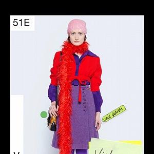 Žena v červeno-fialovém modelu Gucci Resort 2021