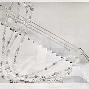 Luxusní náhrdelník na schodišti