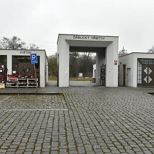 Ďáblický hřbitov ve stylu kubismu, hlavní brána