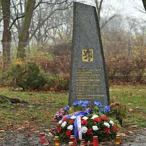 Ďáblický hřbitov ve stylu kubismu, pomník parašutistů