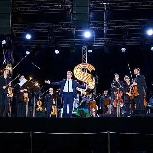 Hudebníci stojí na podiu, uprostřed houslista Daniel Hope