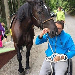 Slavný vozíčkář se věnuje hypoterapii.