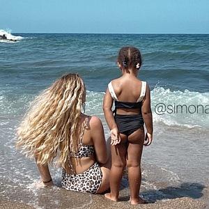 Simona Deutou s dcerou na pláži.