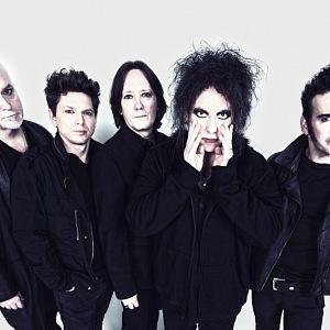 THE CURE nepotřebuje představení, bez nich by pravděpodobně nebyl žádný Placebo, Interpol, Editors nebo Smashing Pumpkins. Je to už čtyřicet let, co vyšlo jejich první album.