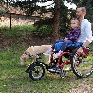 Přestože je na vozíku, je absolutně soběstačný