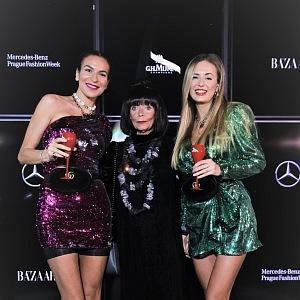 Eliška Dospivová (TFNC - 65 liber) a Olena Mazuch (šaty Attico - 500 eur) boty Balenciaga