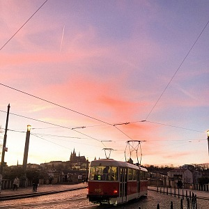 Růžový západ slunce a výhled na Pažský hrad