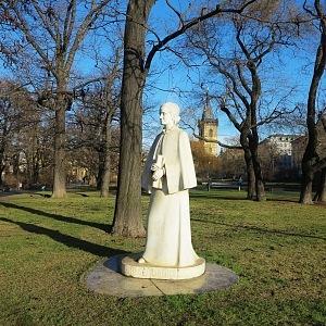 Socha Boženy Němcové na Karlově náměstí