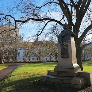 Socha Karolíny Světlé na Karlově náměstí