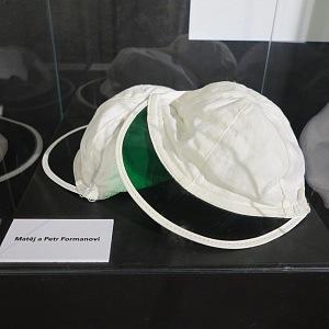 Čepice, které spadli klukům Homolkovic do suchého záchoda