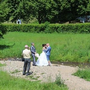 Francouzsko-česká svatba, přenesení přes říčku