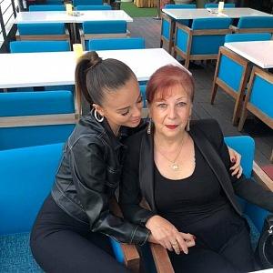 Monika s babičkou.