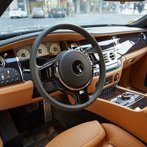 Rolls Royce Ghost přední interiér vozu