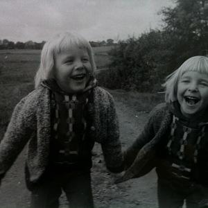 S bratrem, dvojčetem. (Maxim je vpravo)