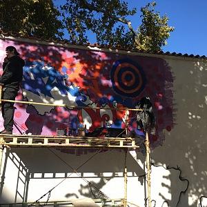Umělci celý čtvrtek pracovali na nové podobě zdi.
