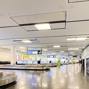 Příletová hala na letišti ve Vídni.