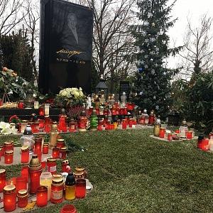Místo u jeho domu zaplavují nyní svíčky hřbitov.
