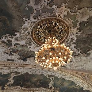 Freska na stropě nad hledištěm.
