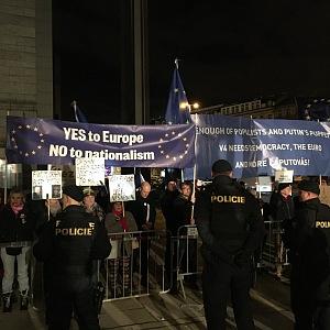 Demonstranti před Státní operou, požadovali demisi Andreje Babiše.
