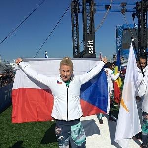 Hrdě nosila českou vlajku.