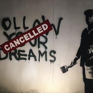 Banksy upozorňuje díly na současné problémy.