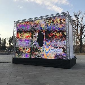Instalace Signal Festivalu oslavy Dne Země za bílého dne.